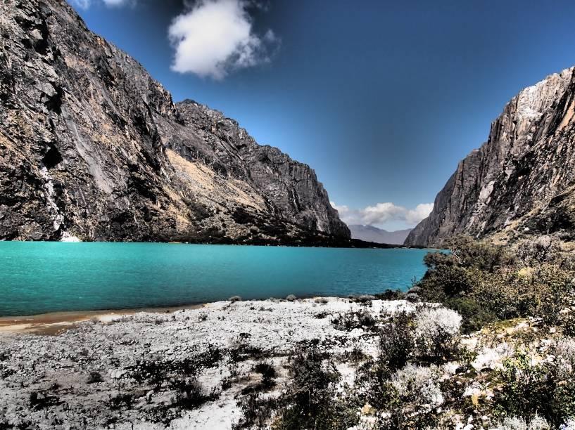 """Águas de tom azul turquesa e cercada por montanhas formam um cenário que mais parece tirado da região da <a href=""""http://viajeaqui.abril.com.br/cidades/ar-patagonia"""" target=""""_blank"""">Patagônica</a> do que das tradicionais paisagens peruanas. Localizada na Cordilheira Branca, a 3800 metros de altura, a laguna fica na rota de turistas aventureiros que passam pela região em busca de caminhadas, escaladas e outros esportes que exigem um grande preparo físico. No entanto, ela também é frequentemente buscada por casais que desejam fotografar o belo cenário local"""