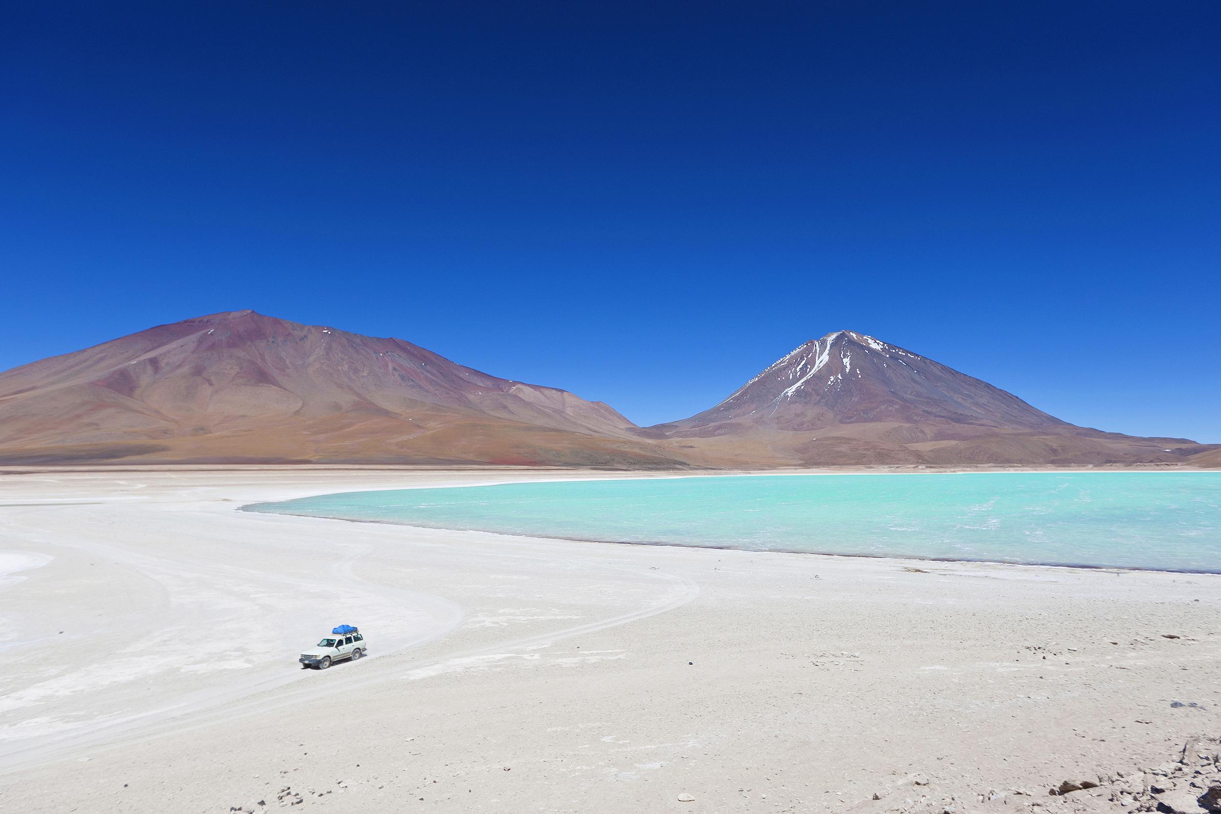 Laguna Verde, no Salar do Uyuni, na Bolívia, quase fronteira com o Chile, com o vulcão Licancabur ao fundo
