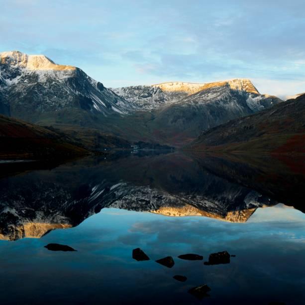 O parque nacional Snowdonia, no País de Gales, é um dos mais belos de todo o Reino Unido. Caminhadas por entre picos nevados e lagos, como este, o Lake Ogwen, são garantia de caminhadas inesquecíveis