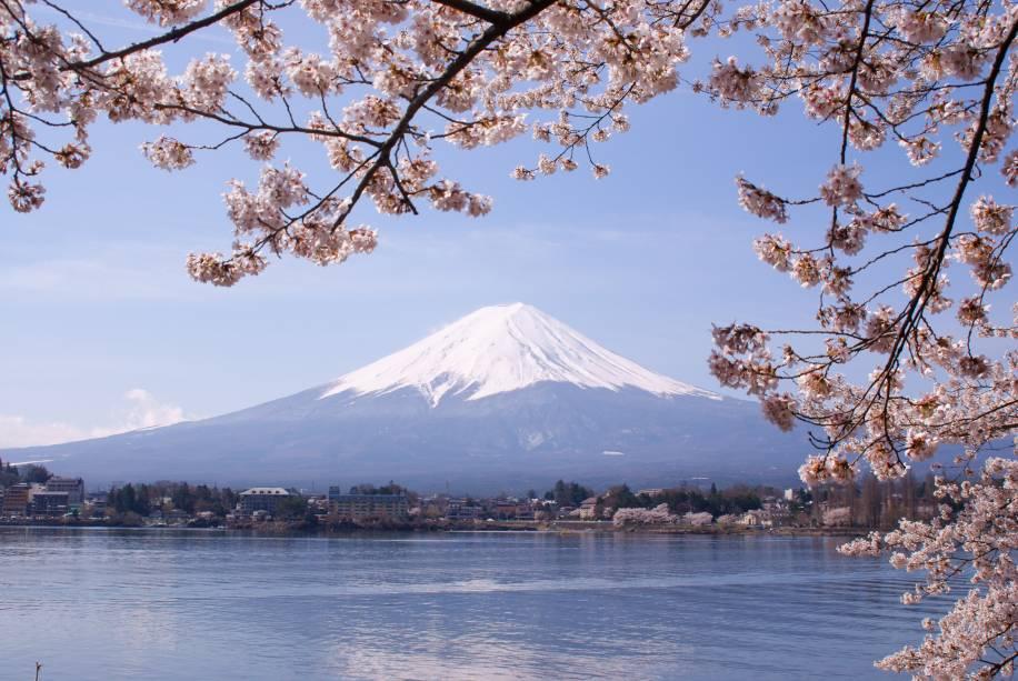 """<a href=""""http://viajeaqui.abril.com.br/paises/japao"""" target=""""_blank"""" rel=""""noopener""""><strong>Monte Fuji, Japão</strong></a> O Monte Fuji é uma representação recorrente na arte japonesa, especialmente depois de 1600, quando Tóquio (na época chamada de Edo) se tornou a capital do país. Mulheres foram proibidas de escalar a montanha, considerada sagrada, até o começo do século 20. Hoje, centenas de pessoas ascendem até seu cume, sendo que turistas estrangeiros somam cerca de 1/3 dos escaladores. A melhor época é de julho a setembro, quando trilhas e pontos de parada estão abertos, a montanha está sem neve e o clima está relativamente ameno. Evite, porém, a <em>Semana Obon</em> em meados de agosto, quando a montanha está tão cheia que é preciso literalmente esperar na fila em algumas passagens mais estreitas"""
