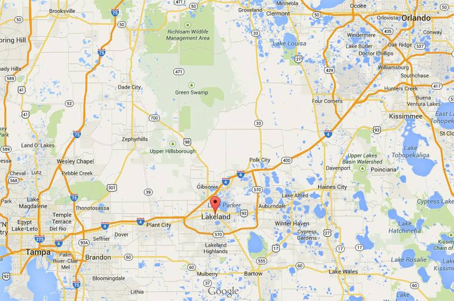 """A cidade de Lakeland fica exatamente entre as cidades de Tampa e Orlando, na Flórida; <a href=""""https://www.google.com/maps/place/Frances+Langford+Promenade,+Lakeland,+FL+33801,+USA/@28.2661908,-81.9257468,10z/data=!4m2!3m1!1s0x88dd3f4b1c508789:0x2ac124fbb69636cc?hl=en"""" rel=""""clique aqui para ver o mapa no Google Maps"""" target=""""_blank"""">clique aqui para ver o mapa no Google Maps</a>"""