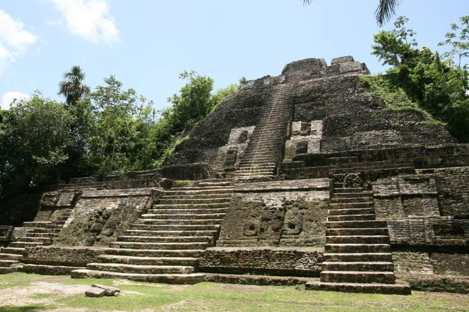 <strong>11. Templo Alto – Lamanai – Belize </strong>Com 33m de altura, a pirâmide mais alta do sítio arqueológico de Lamanai pode ser escalada sob os olhos atentos dos guias de turismo locais e oferece uma vista espetacular da floresta ao redor. Na verdade, estima-se que a Pirâmide do Jaguar seja maior do que o Templo Alto, porém ele continua parcialmente debaixo da terra e não seria possível afirmar isso até que seja totalmente exposto. A construção dos templos Alto, do Jaguar e das Máscaras datam de 625 d.C. e escavações arqueológicas seguem descobrindo pedaços dessa antiga civilização até hoje.
