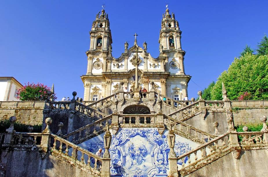 A cidade mais antiga do reino de Portugal é conhecida por seus vinhos, com destaque para o Raposeira. Diversas igrejas e um castelo dão ar medieval ao centro e, um pouco mais afastada, está o belo <strong>Santuário de Nossa Senhora dos Remédios</strong>, encarapitado no alto de um morro. É preciso subir mais de 600 degraus para chegar até o topo, mas a vista lá de cima e os azulejos pintados compensam o esforço