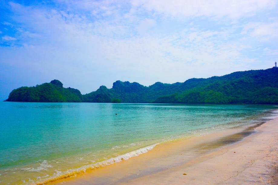 """<strong>Langkawi Island, <a href=""""http://viajeaqui.abril.com.br/paises/malasia"""" rel=""""Malásia"""" target=""""_self"""">Malásia</a></strong>Localizada na fronteira com a Tailândia – outro país que encanta com seus belos cenários litorâneos –, a ilha de água transparente é um destino ideal para casais apaixonados. A Langkawi ainda abriga florestas, templos e montanhas de calcário<em><a href=""""http://www.booking.com/city/my/pulau-langkawi.pt-br.html?aid=332455&label=viagemabril-praias-da-malasia-tailandia-indonesia-e-filipinas"""" rel=""""Veja preços de hotéis em Langkawi no Booking.com"""" target=""""_blank"""">Veja preços de hotéis em Langkawi no Booking.com</a></em>"""