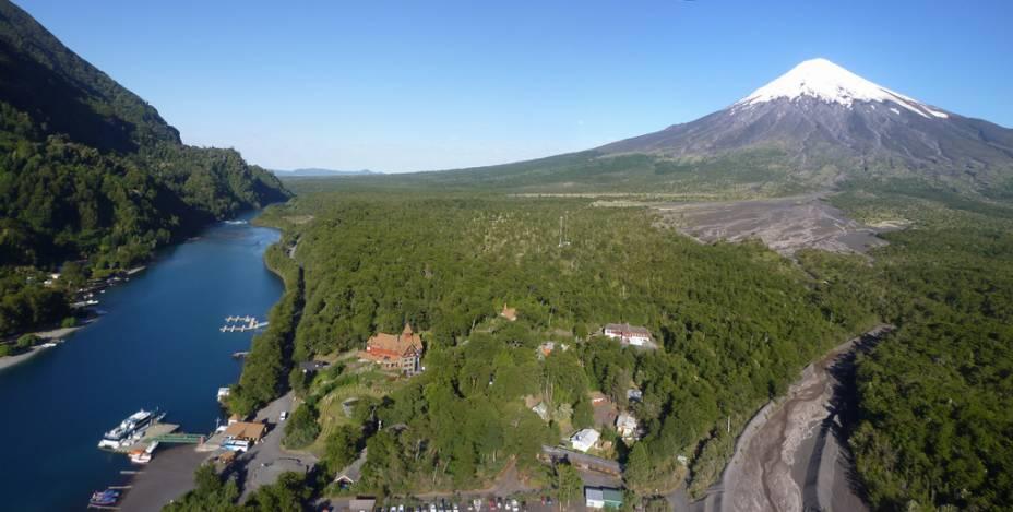 Vista parcial do Parque Nacional Vicente Perez Rosales, na região dos lagos andinos, dominado pelo vulcão Osorno