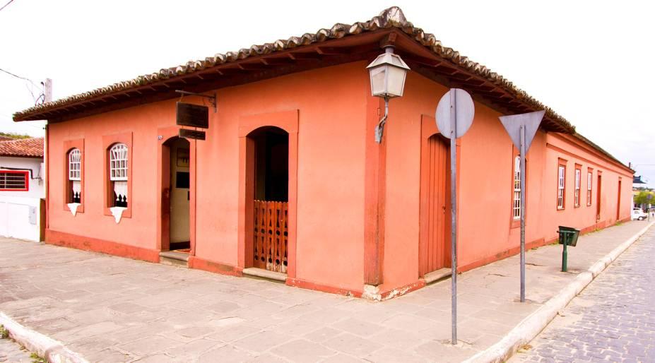 """<strong><a href=""""http://viajeaqui.abril.com.br/cidades/br-pr-lapa"""" target=""""_self"""">Lapa</a>, <a href=""""http://viajeaqui.abril.com.br/estados/br-parana"""" target=""""_self"""">Paraná</a></strong> A história dessa bela cidade data de 1769, ano em que tropeiros da região decidiram fundá-la. Seu Centro preserva um conjunto arquitetônico impressionante, repleto de atrações graciosas e interessantes, como o <strong>Museu das Armas</strong>. Um dos grandes episódios que marcaram o lugar foi a Revolução Federalista de 1894, marcado pela batalha do Cerco da Lapa - que impediu o avanço de tropas contrárias à República e tornou famoso o apelido de """"Cidade dos Heróis"""" <em><a href=""""http://www.booking.com/city/br/curitiba.pt-br.html?aid=332455&label=viagemabril-cidades-historicas-do-brasil"""" target=""""_blank"""">Veja preços de hotéis próximos à Lapa no Booking.com</a></em>"""