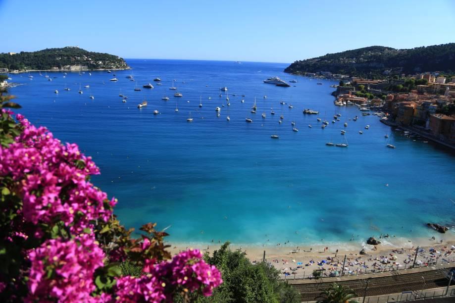"""<strong>Larvotto Beach, Monte Carlo, <a href=""""http://viajeaqui.abril.com.br/paises/monaco"""" rel=""""Mônaco"""" target=""""_self"""">Mônaco</a></strong>        Com seus cenários deslumbrantes, Mônaco atraiu uma quantidade incrível de celebridades e endinheirados. A praia em questão é o reduto de muitos turistas – principalmente na alta temporada do verão europeu. Vale muito a pena para famílias com crianças        <em><a href=""""http://www.booking.com/city/mc/monaco.pt-br.html?sid=5b28d827ef00573fdd3b49a282e323ef;dcid=4aid=332455&label=viagemabril-as-mais-belas-praias-do-mediterraneo"""" rel=""""Veja preços de hotéis em Monte Carlo no Booking.com"""" target=""""_blank"""">Veja preços de hotéis em Monte Carlo no Booking.com</a></em>"""