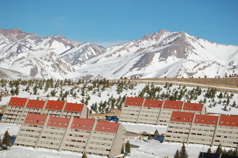 """<strong><a href=""""http://viajeaqui.abril.com.br/cidades/ar-las-lenas"""" rel=""""Las Leñas"""" target=""""_blank"""">Las Leñas</a>, <a href=""""http://viajeaqui.abril.com.br/paises/argentina"""" rel=""""Argentina"""" target=""""_blank"""">Argentina</a></strong>                Os prédios inclinados são as marcas registradas de Las Leñas. O complexo é um dos melhores de toda a <a href=""""http://viajeaqui.abril.com.br/continentes/america-do-sul"""" rel=""""América do Sul"""" target=""""_blank"""">América do Sul</a>, com uma infraestrutura de qualidade. Além das 29 pistas e 65 quilômetros esquiáveis, oferece luz artificial para a prática do esqui e snowboard noturnos"""