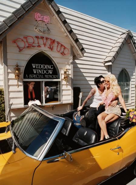 """<strong>Las Vegas, Estados Unidos</strong>    Na reluzente <a href=""""http://viajeaqui.abril.com.br/cidades/estados-unidos-las-vegas"""" rel=""""Las Vegas"""" target=""""_blank""""><strong>Las Vegas</strong></a>, nem só sanduíches e batatas fritas podem ser comprados nos drive-thru. Ali, acredite, é possível casar sem sair do carro. A cidade está entre as que mais confirmam a união de pessoas no mundo, graças à legislação que faz quase nenhum tipo de exigência aos noivos. As cerimônias podem ser realizadas também em luxuosos hotéis-cassinos ou em capelas simples em que sósias de Elvis Presley e Bono Vox fazem o papel de padre. A <a href=""""http://www.lasvegaswedding.com"""" rel=""""Las Vegas Wedding"""" target=""""_blank"""">Las Vegas Wedding</a> tem algumas opções de festas, mas pode-se também alugar um carro conversível e fazer a troca de alianças na fila do """"drive-thru"""". Atenção: para que o casamento seja legal perante a lei é necessário preencher um formulário específico e apresentar o passaporte no cartório local."""