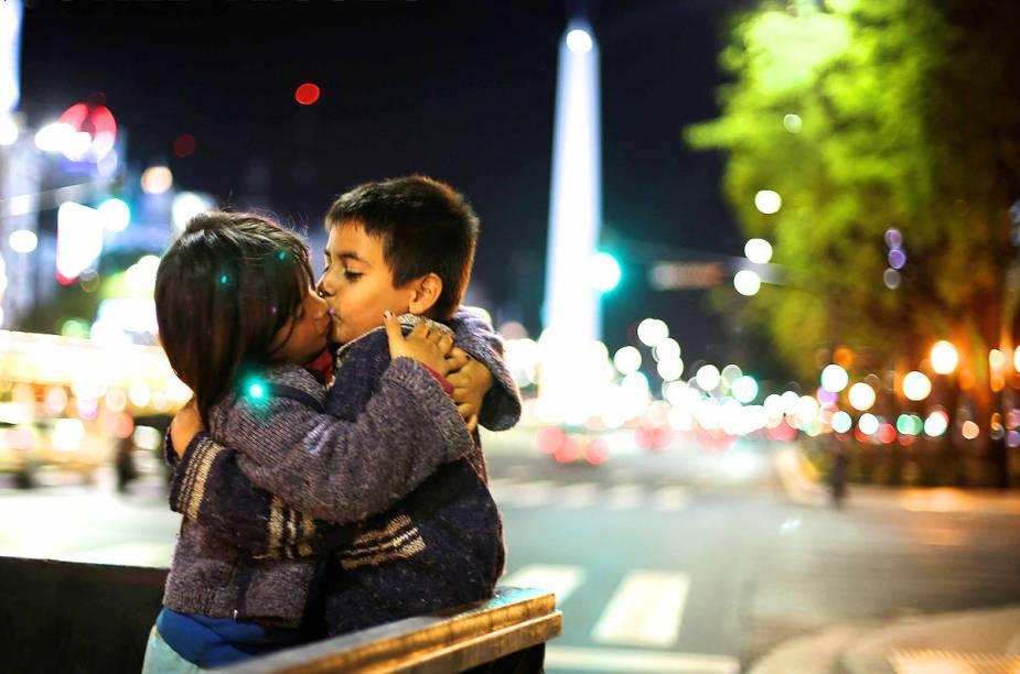 Entre uma brincadeira e outra, Eric e Dana se beijam na Avenida 9 de Julho, em Buenos Aires, Argentina