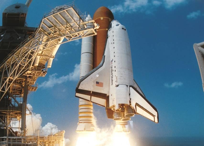 O Kennedy Space Center é o local onde a NASA lança seus foguetes rumo ao espaço. De quando em quando é possível observar alguns destes verdadeiros espetáculos. Na foto antiga, um ônibus espacial é lançado - hoje, esse tipo de nave não é mais utilizada devido aos altos custos