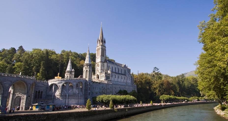 """<strong>Lourdes, França</strong><br />Principal santuário religioso da <a href=""""http://viajeaqui.abril.com.br/paises/franca"""" rel=""""França"""" target=""""_blank"""">França</a>, <a href=""""http://viajeaqui.abril.com.br/cidades/franca-lourdes"""" rel=""""Lourdes """" target=""""_blank"""">Lourdes </a>entrou no mapa dos católicos após as aparições da Virgem para a jovem Bernadette Soubirous, em 1858. O suposto poder milagroso das águas de sua fonte atrai cinco milhões de fiéis todos os anos, tornando a cidade um grande e quase que permanente centro de peregrinação.<br />"""