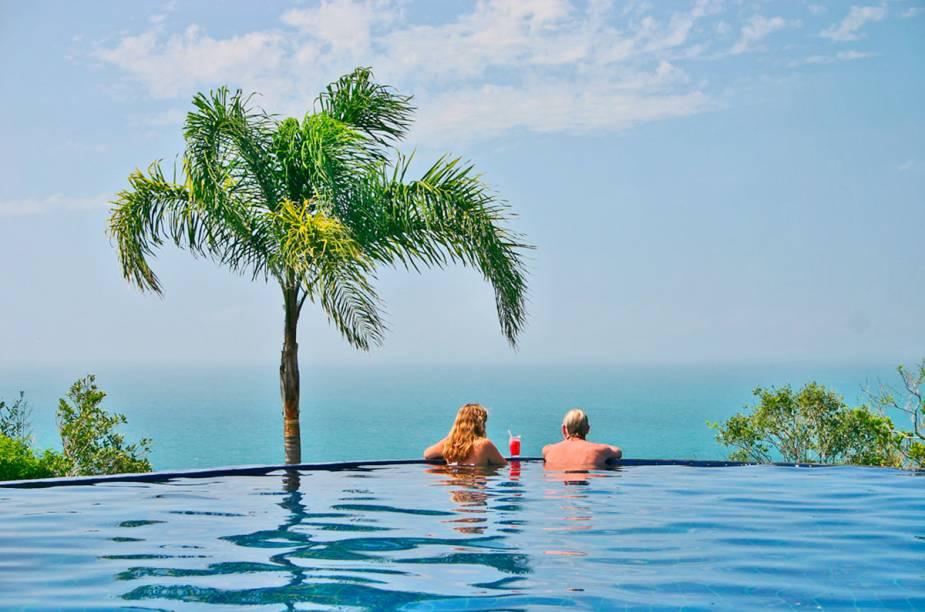 """Eis mais um belo hotel brasileiro que oferece piscina de borda infinita aos visitantes. A decoração rústica combina com a proposta oferecida pelo lugar e traz uma sensação de aconchego. O café da manhã por aqui é um dos pontos fortes <em><a href=""""http://www.booking.com/hotel/br/resort-refaogio-do-estaleiro.pt-br.html?aid=332455&label=viagemabril-as-piscinas-mais-incriveis-do-mundo"""" target=""""_blank"""">Veja os preços do Resort Refúgio do Estaleiro no Booking.com</a></em>"""