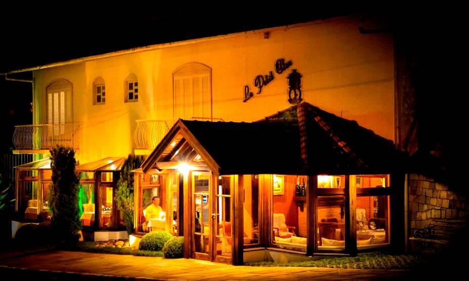 """O charme do restaurante <a href=""""http://viajeaqui.abril.com.br/estabelecimentos/br-rs-gramado-restaurante-le-petit-clos"""" rel=""""Le Petit Clos"""" target=""""_self"""">Le Petit Clos</a>, com muita madeira na decoração, traz a sensação de estar em uma casa de montanha"""