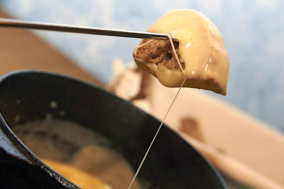 """<strong><a href=""""http://viajeaqui.abril.com.br/estabelecimentos/br-rs-gramado-restaurante-le-petit-clos"""" rel=""""Le Petit Clos, Gramado (RS)"""">Le Petit Clos, Gramado (RS)</a></strong><br />    Sente-se nas cadeiras revestidas com lã de carneiro para experimentar, à luz de velas, a fondue de queijo emmental e brie. Para inovar, prove a receita de camarão gigante, feita na gordura de coco, ou a sopinha preparada com o caldo de carne usado para cozinhar a fondue chinoise. Os dois ambientes da casa têm lareiras: ambiente propício para um jantar romântico no inverno. <em>R. Demétrio Pereira dos Santos, 599 (subida do Lago Negro), (54) 3286-1936</em>"""
