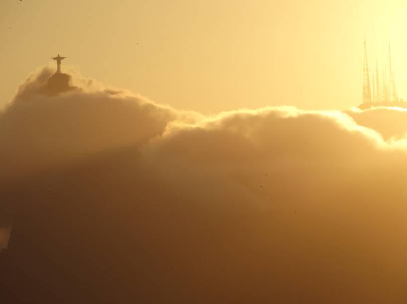 Cristo Redentor, entre as nuvens, visto de Niterói, no Rio de Janeiro.