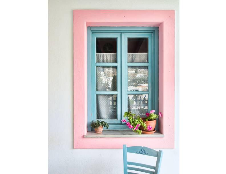 """<strong>Lefkes, Paros, <a href=""""http://viajeaqui.abril.com.br/paises/grecia"""" rel=""""Grécia"""" target=""""_blank"""">Grécia</a></strong>                            Algumas ainda ganham um toque mais elegante e romântico – mas o detalhe do azul, característico das cíclades, persiste<!--[if !supportLineBreakNewLine]--><!--[endif]-->"""