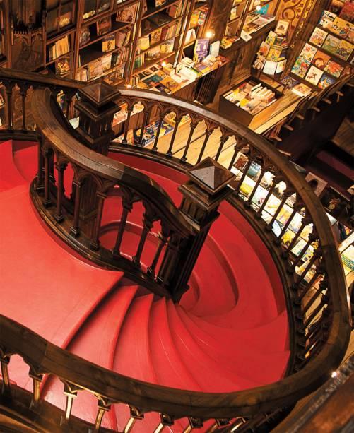 Escadaria da <strong>Lello</strong>, livraria de 1906, na cidade do Porto