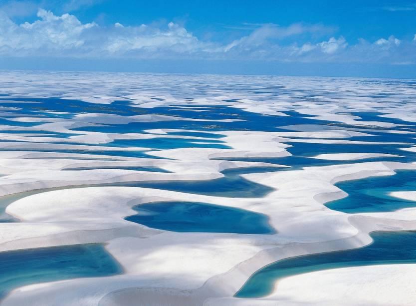 """<strong>Lençóis Maranhenses, Maranhão</strong> De julho a dezembro é possível ver a clássica vista das lagoas dos <a href=""""http://viajeaqui.abril.com.br/cidades/br-ma-lencois-maranhenses"""">Lençóis Maranhenses</a> cheias de água. Voos saindo de <a href=""""http://viajeaqui.abril.com.br/cidades/br-ma-barreirinhas"""">Barreirinhas</a> e <a href=""""http://viajeaqui.abril.com.br/cidades/br-ma-sao-luis"""">São Luis</a> garantem o espetáculo. <a href=""""https://www.booking.com/searchresults.pt-br.html?aid=332455&lang=pt-br&sid=eedbe6de09e709d664615ac6f1b39a5d&sb=1&src=index&src_elem=sb&error_url=https%3A%2F%2Fwww.booking.com%2Findex.pt-br.html%3Faid%3D332455%3Bsid%3Deedbe6de09e709d664615ac6f1b39a5d%3Bsb_price_type%3Dtotal%26%3B&ss=Maranh%C3%A3o%2C+Brasil&ssne=Ilhabela&ssne_untouched=Ilhabela&checkin_monthday=&checkin_month=&checkin_year=&checkout_monthday=&checkout_month=&checkout_year=&no_rooms=1&group_adults=2&group_children=0&from_sf=1&ss_raw=Maranh%C3%A3o&ac_position=0&ac_langcode=xb&dest_id=1347&dest_type=region&search_pageview_id=d53b7440e0df0686&search_selected=true&search_pageview_id=d53b7440e0df0686&ac_suggestion_list_length=8&ac_suggestion_theme_list_length=0&map=1"""" target=""""_blank"""" rel=""""noopener""""><em>Busque hospedagens em Maranhão no Booking.com</em></a>"""