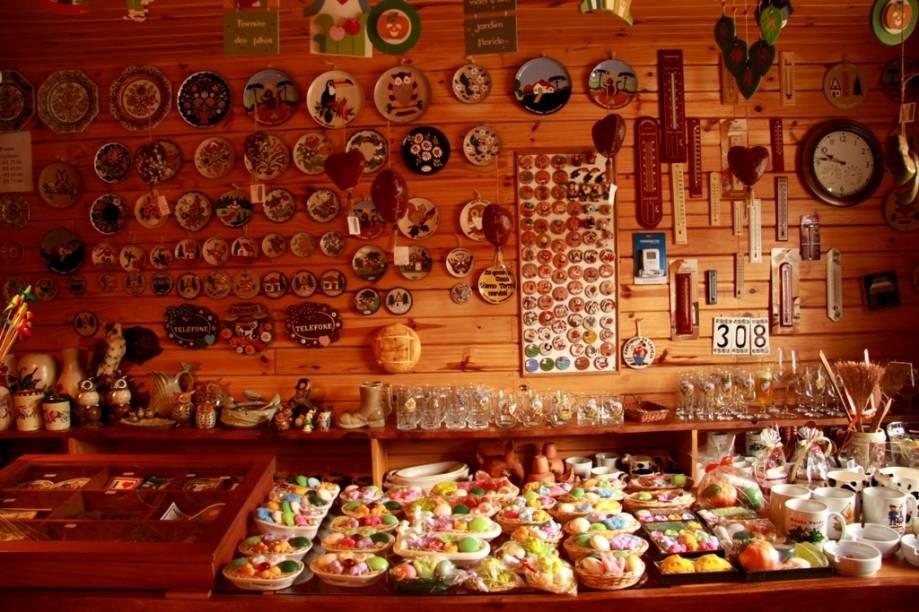 Lojas de artesanato em casinhas de madeira são comuns por aqui