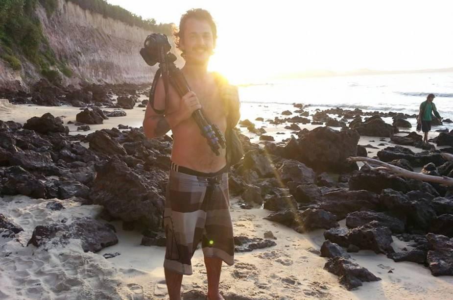 """Leonardo com seu equipamento em ambiente de trabalho: <a href=""""http://viajeaqui.abril.com.br/cidades/br-rn-praia-da-pipa"""" rel=""""Praia da Pipa (RN)"""" target=""""_blank"""">Praia da Pipa (RN)</a>"""
