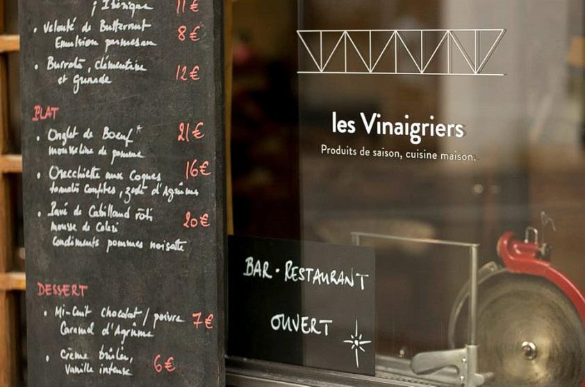 """Com todas as mudanças da última década, o bairro abriga alguns dos principais restaurantes do bistronomique - movimento que busca unir a culinária francesa dos bistrôs a preços acessíveis e a um ambiente informal. Por ali, um dos principais representantes dessa révolution é o <a href=""""http://www.lechateaubriand.net/"""" rel=""""Le Chateaubriand"""" target=""""_blank"""">Le Chateaubriand</a>, do chef Inaki Aizpitarte, que aparece em 21º lugar no ranking de 2015 da revista inglesa Restaurant e que serve um menu degustação por € 70. Do outro lado do canal, outra boa opção bistronomique é o <a href=""""http://www.lesvinaigriers.fr/"""" rel=""""Les Vinaigriers"""" target=""""_blank"""">Les Vinaigriers</a>. O jovem casal de donos manteve a antiga fachada em estilo normando e, do lado de dentro, optou por dar um ar mais modernão, sem frescuras. Comandado pelo casal, que também faz as vezes de garçons, o restaurante tem preços mais acessíveis no cardápio: pratos na faixa de € 30."""