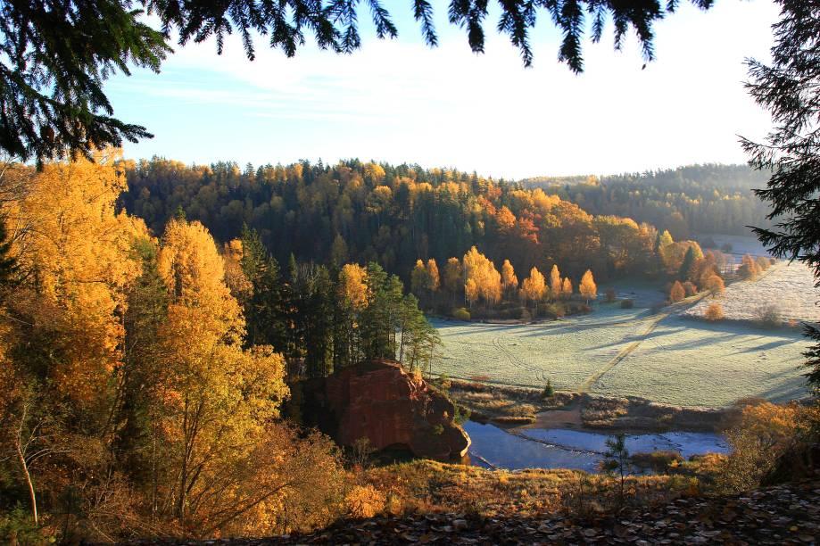 """<strong><a href=""""https://www.latvia.travel/en/sight/gauja-national-park"""" target=""""_blank"""" rel=""""noopener"""">Parque Nacional Gauja</a>, Letônia</strong> O parque é uma das boas atrações desse pequeno país do Leste Europeu. Localizado no interior da Letônia, o Gauja é cortado pelo rio de mesmo nome e sua floresta é repleta de belas trilhas e falésias <em><a href=""""https://www.booking.com/searchresults.pt-br.html?aid=332455&sid=b6bf542626b1a2c7a9951e44506f270a&sb=1&src=searchresults&src_elem=sb&error_url=https%3A%2F%2Fwww.booking.com%2Fsearchresults.pt-br.html%3Faid%3D332455%3Bsid%3Db6bf542626b1a2c7a9951e44506f270a%3Btmpl%3Dsearchresults%3Bac_click_type%3Db%3Bac_position%3D0%3Bcity%3D-647956%3Bclass_interval%3D1%3Bdest_id%3D-647956%3Bdest_type%3Dcity%3Bdtdisc%3D0%3Bfrom_sf%3D1%3Bgroup_adults%3D2%3Bgroup_children%3D0%3Bhighlighted_hotels%3D4602098%3Binac%3D0%3Bindex_postcard%3D0%3Blabel_click%3Dundef%3Bno_rooms%3D1%3Boffset%3D0%3Bpostcard%3D0%3Braw_dest_type%3Dhotel%3Broom1%3DA%252CA%3Bsb_price_type%3Dtotal%3Bsearch_selected%3D1%3Bshw_aparth%3D1%3Bslp_r_match%3D0%3Bsrc%3Dsearchresults%3Bsrc_elem%3Dsb%3Bsrpvid%3D8e7b80fb0b4b0135%3Bss%3DParque%2520Nacional%2520Hostel%252FCamping%2520Dom%2520Quixote%252C%2520Itatiaia%252C%2520Estado%2520do%2520Rio%2520de%2520Janeiro%252C%2520Brasil%3Bss_all%3D0%3Bss_raw%3DParque%2520Nacional%2520do%2520Itatiaia%3Bssb%3Dempty%3Bsshis%3D0%3Bssne%3DItatiaia%3Bssne_untouched%3DItatiaia%3Btop_ufis%3D1%26%3B&ss=Gauja+National+Park%2C+Latvia&is_ski_area=&ssne=Itatiaia&ssne_untouched=Itatiaia&city=-647956&checkin_monthday=&checkin_month=&checkin_year=&checkout_monthday=&checkout_month=&checkout_year=&group_adults=2&group_children=0&no_rooms=1&from_sf=1&ss_raw=Gauja+national+park&ac_position=0&ac_langcode=en&ac_click_type=b&dest_id=6274&dest_type=region&place_id_lat=57.247061&place_id_lon=25.079903&search_pageview_id=8e7b80fb0b4b0135&search_selected=true&region_type=free_region&search_pageview_id=8e7b80fb0b4b0135&ac_suggestion_list_length=5&ac_suggestio"""