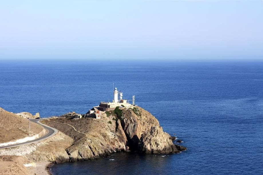 """Na <a href=""""http://viagemeturismo.abril.com.br/paises/espanha/"""" target=""""_blank"""">Espanha</a>, o nudismo é legal em espaços públicos e pode ser praticado em <strong>qualquer praia do país</strong>. A do Cabo de Gata é apontada pela Federación Española de Naturismo como uma das mais frequentadas por naturistas. Ela não é muito visitada, portanto é ideal para ficar longe de muvuca. A praia de areia dourada tem ondas fortes e, próximo a ela, uma <strong>marisma</strong> (espécie de pântano, mas sem árvores) frequentada por <strong>flamingos</strong>"""