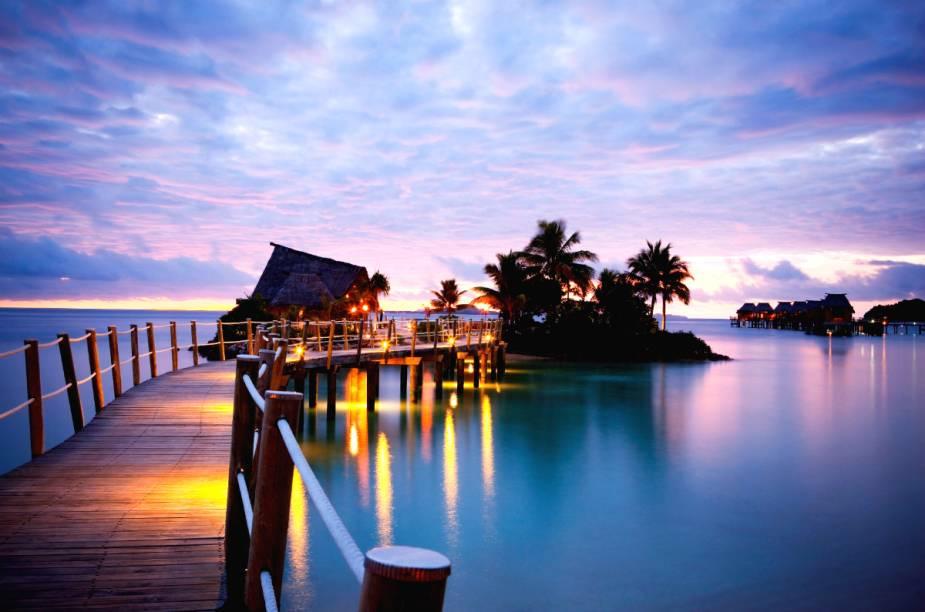 <strong>Likuliku Lagoon Resort – Mamanuca Archipelago (Fiji)</strong>Escondido no arquipélago Mamanuca, próximo de Nadi, em Fiji, encontram-se os bangalôs do Likuliku Lagoon Resort.
