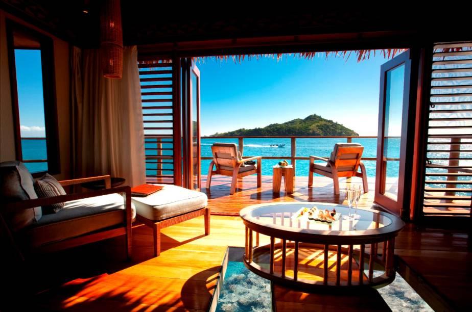 Os bangalôs foram erguidos com materiais naturais da região e o design do resort reflete a arquitetura do arquipélago.