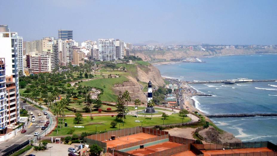 """<strong><a href=""""http://viajeaqui.abril.com.br/cidades/peru-lima"""" rel=""""Lima"""" target=""""_blank"""">Lima</a> com <a href=""""http://viajeaqui.abril.com.br/cidades/peru-cusco"""" rel=""""Cusco"""" target=""""_blank"""">Cusco</a></strong>Das sete noites peruanas, três são em Lima, endereço de delícias como a Cebichería La Mar, do chef Gastón Acurio, uma no Vale Sagrado dos Incas, que reúne diversos sítios arqueológicos na beira do Rio Urubamba, e três em Cusco. Programa parada em Aguas Calientes para visita a <a href=""""http://viajeaqui.abril.com.br/cidades/peru-machu-picchu"""" rel=""""Machu Picchu"""" target=""""_blank"""">Machu Picchu</a>, a apenas 9 quilômetros de lá.<strong>Quando:</strong> até 23 de dezembro<strong>Quem leva:</strong> <a href=""""http://fuiviagens.com.br/"""" rel=""""Fui Viagens"""" target=""""_blank"""">Fui Viagens</a><strong>Quanto:</strong> US$ 1795"""