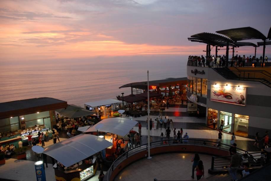 Larcomar é um moderno shopping center instalado nas falésias de Lima, de frente para o Oceano Pacífico