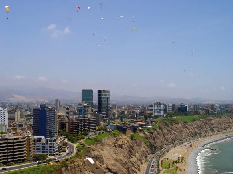 Parapentes colorem o céu de Lima, capital do Peru