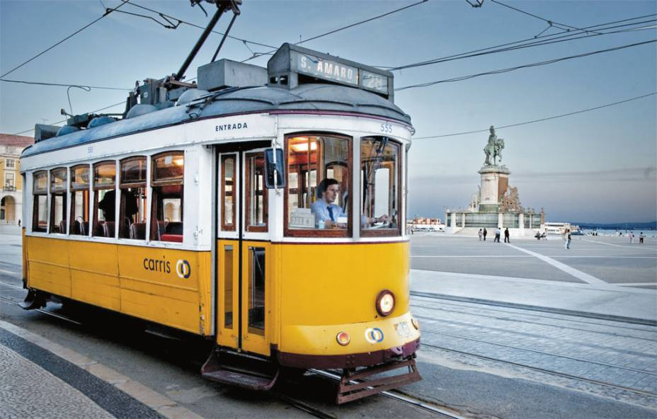 O tradicional elétrico 28 em rua de Lisboa