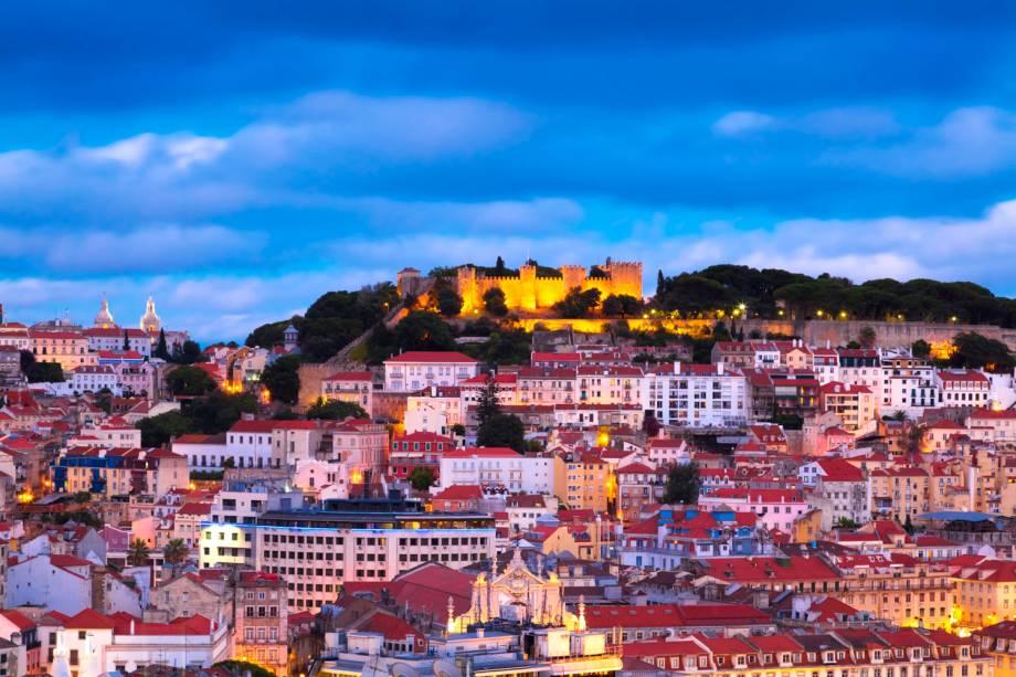 """<strong>Lisboa – 5 noites – R$ 1 683,04</strong><br /><br />A hospedagem em <a href=""""http://viajeaqui.abril.com.br/cidades/portugal-lisboa"""" rel=""""Lisboa"""">Lisboa</a>, <a href=""""http://viajeaqui.abril.com.br/paises/portugal"""" rel=""""Portugal"""">Portugal</a>, é no Corinthia Hotel, em quarto duplo, com café da manhã. Você também terá direito aos traslados aeroporto/hotel/aeroporto, um voucher por estadia de 20% de desconto em tratamentos de spa, uma entrada gratuita na Acqua Thermal Area Spa e seguro-viagem Travel Ace. De 1º de abril a 30 de junho o valor do pacote custará R$ 1 988,56.<br /><br /><strong>Quando: </strong>saídas até 31 de março<br /><strong>Pagamento:</strong> 30% de entrada e saldo em até 9 vezes no cartão, sem juros.<br /><strong>Quem leva: </strong>a <strong>Designer Tours</strong> (11/2181-2900, <a href=""""http://www.designertours.com.br"""" rel=""""www.designertours.com.br"""" target=""""_blank"""">www.designertours.com.br</a>)"""