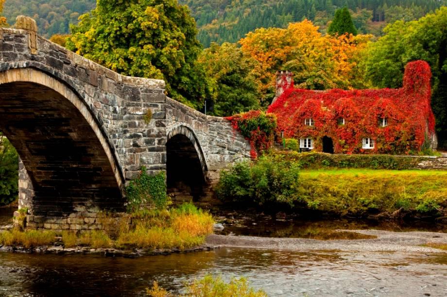 A elegante ponte de três arcos Pont Fawr, em Llanrwst, foi construída no século 17 para a travessia de pessoas e carroças para atravessar o rio Conwy, mas recebe o tráfego pesado de caminhões e carros