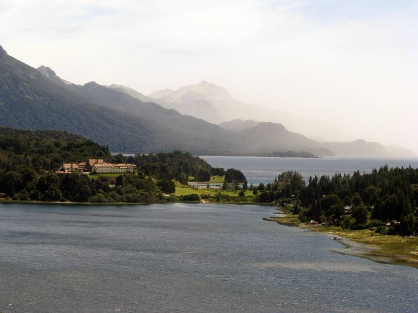 O Hotel Llao Llao de Bariloche é um dos mais procurados por turistas na cidade. Sua localização permite ter um belo vislumbre das montanhas que cercam a região