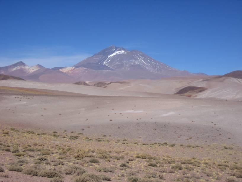 """<strong>Llullaillaco – <a href=""""http://viajeaqui.abril.com.br/paises/argentina"""" rel=""""Argentina"""" target=""""_blank"""">Argentina</a></strong>    O caminho leva da base ao cume do vulcão de mesmo nome (Llullaillaco – pronuncie se for capaz), onde foram encontradas três múmias extremamente bem conservadas com mais de 500 anos. As três crianças estavam enterradas a 6.739m de altitude, quase no topo do vulcão, na província de <a href=""""http://viajeaqui.abril.com.br/cidades/ar-salta"""" rel=""""Salta"""" target=""""_blank"""">Salta</a>, na <a href=""""http://viajeaqui.abril.com.br/paises/argentina"""" rel=""""Argentina"""" target=""""_blank"""">Argentina</a>. As múmias estão em exibição no Museu de Arqueologia de Alta Montanha em Salta. Durante a caminhada até o topo do Llullaillaco há vários sítios arqueológicos que podem ser visitados"""