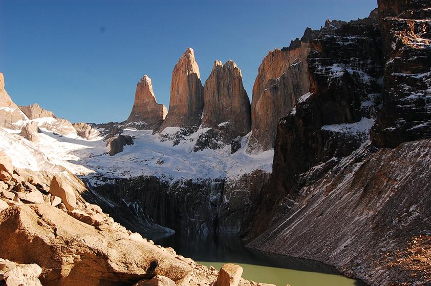 """Considerado como o mais belo parque do país, o <a href=""""http://viajeaqui.abril.com.br/cidades/chile-torres-del-paine"""" rel=""""Torres del Paine"""" target=""""_blank"""">Torres del Paine</a> é cercado por um grande conjunto de montanhas. Seus picos foram formados durante os últimos anos da era glacial, formando uma região montanhosa independente dos Andes"""