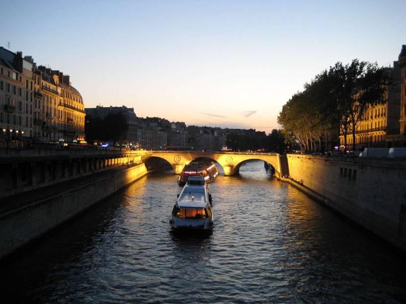 Bateau mouche passando pela Pont Neuf
