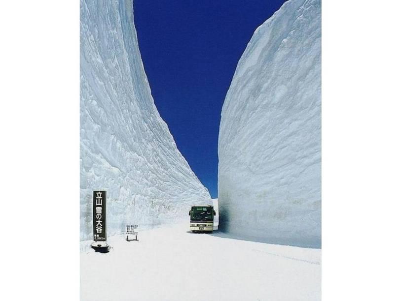 """<strong>6. Rota Alpina Kurobe-Tateyama, Japão</strong>Apesar de contar com apenas 37 quilômetros de extensão, essa rota entre as províncias de Nagano e Toyama possui uma diferença vertical de quase 2 mil metros. Durante parte do inverno um """"corredor"""" é construído para permitir a passagem de ônibus turístico pela neve"""