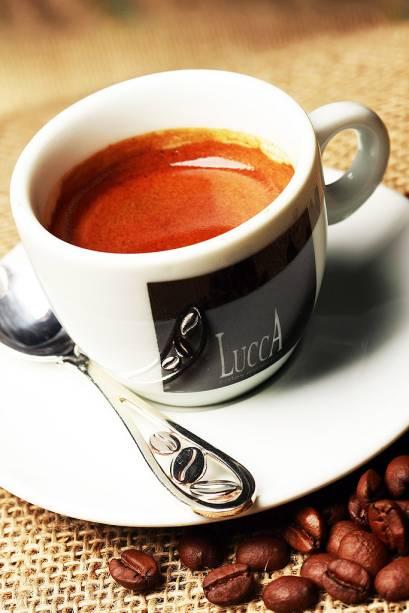 """<strong><a href=""""http://viajeaqui.abril.com.br/estabelecimentos/br-pr-curitiba-restaurante-lucca-cafes-especiais"""" rel=""""Lucca Cafés Especiais (Curitiba)"""">Lucca Cafés Especiais (Curitiba)</a></strong>            O <strong>Lucca</strong> apresenta 18 rótulos de cafés, todos qualificados como """"<strong>cafés especiais</strong>"""", segundo a metodologia da Specialty Coffee Association of America (SCAA). Os grãos provenientes de 16 produtores passam pelas mãos da mestra torradora <strong>Georgia Franco de Souza</strong>, barista especialista em ponto de torra. Os baristas, premiados em competições nacionais e internacionais, preparam bebidas quentes seguindo a escola italiana de cafés (espresso com blend próprio, macchiato, cappuccino, entre outros), além de bebidas geladas, drinks de café e cafés com sorvete. <em>Al. Pres. Taunay, 40 (Batel),41/3016-6675</em>"""