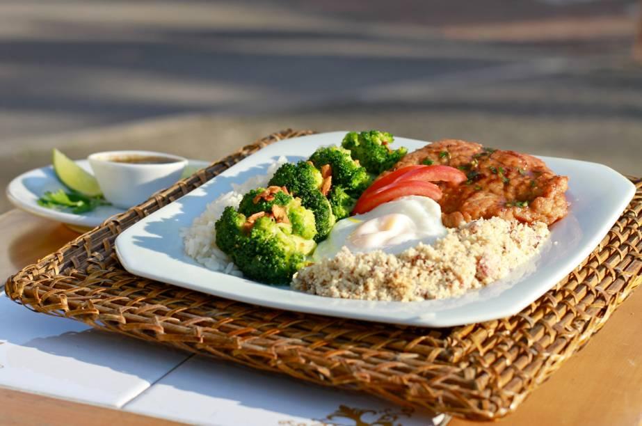 Prato no Luigi inclui arroz branco, farofa de cebola e bacon, travesseiros de bisteca e brócolis com alho e ovo frito