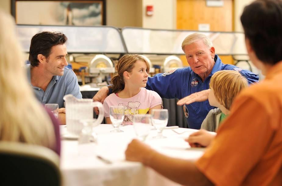 No almoço com o astronauta, pago à parte, um experiente explorador espacial conversa com visitantes sobre a vida na gravidade quase zero. Na foto, está Jon McBride, ex-astronauta que esteve em missões da Nasa na órbita da Terra