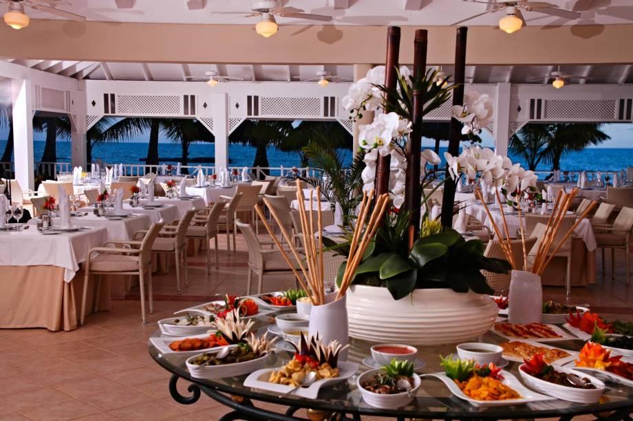 """<strong>Para comer e beber muito</strong>    <a href=""""http://www.bahia-principe.com/pt/hoteis/punta-cana/resort-esmeralda/"""" rel=""""Luxury Bahia Principe Esmeralda"""" target=""""_blank"""">Luxury Bahia Principe Esmeralda</a> (Praia Arena Gorda). O hóspede pode escolher entre 23 restaurantes e 54 bares espalhados pelos cinco hotéis do complexo em Punta. Basta reservar, embarcar no ônibus e saborear pratos das cozinhas japonesa, mexicana, italiana, francesa, espanhola...    570 quartos / 2 restaurantes / 2 piscinas    <a href=""""http://www.booking.com/city/do/punta-cana.pt-br.html?aid=332455&label=viagemabril-puntacana"""" rel=""""Reserve seu resort em Punta Cana pelo booking.com"""" target=""""_blank"""">Reserve seu resort em Punta Cana pelo booking.com</a>"""
