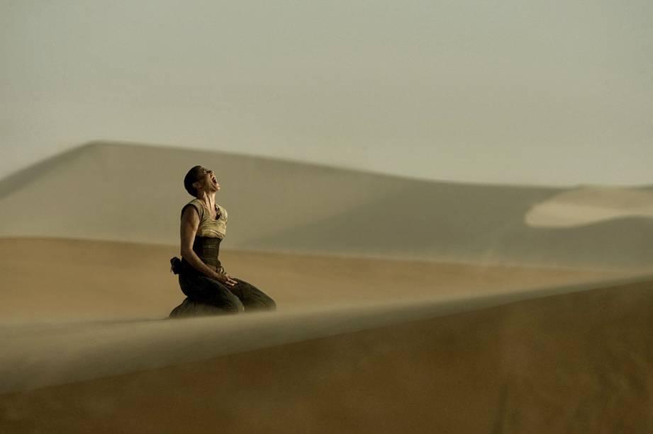 """Com cenas gravadas no Deserto da Namíbia, o filme-sensação-de-2015 """"Mad Max: Estrada da Fúria"""" é capaz de nos deixar secos para vivenciar uma aventura no deserto.                        Nas próximas imagens, você vê indicações de 10 lugares pelo planeta para você conhecer e se sentir dentro do cenário do filme. Não será preciso dirigir carros em alta velocidade e nem praticar atos furiosos. Mesmo sem violência, todos os passeios merecem o seu testemunho. Depois dessas aventuras desérticas, você voltará mais <em>mad</em> do que nunca - e Valhalla, o paraíso prometido para o exército de garotos guerreiros do vilão Immortan Joe, corre o risco de se tornar um destino para lá de tedioso"""