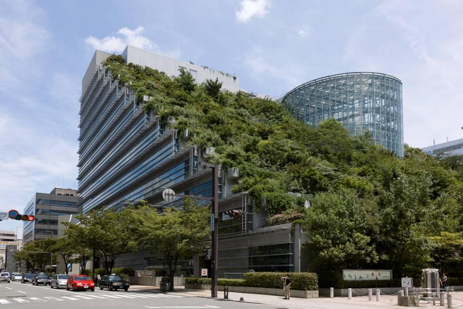 Inaugurado na década de 1990, o edifício ACROS, no centro de Fukuoka, foi criado utilizando conceitos sustentáveis de iluminação, ventilação e uso adequado do solo
