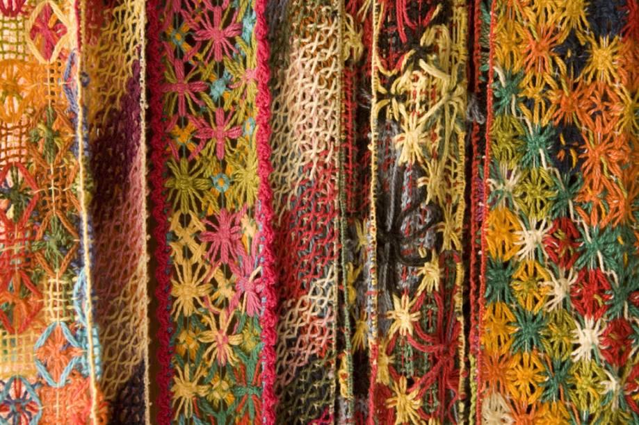 Nas lojas de vitrine colorida do bairro Pontal da Barra, o algodão, matéria-prima do bordado conhecido como filé, vira arte