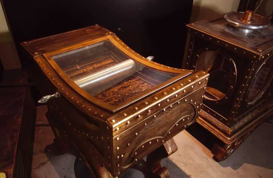 """<strong><a href=""""http://musee-du-chocolat.com/"""" rel=""""Musée les Secrets du Chocolat"""" target=""""_blank"""">Musée les Secrets du Chocolat</a> <a href=""""http://viajeaqui.abril.com.br/paises/franca"""" rel=""""(França)"""" target=""""_blank"""">(França)</a></strong>    Máquinas antigas de cacau expostas no Musée les Secrets du Chocolat, que contribuíram para a industrialização do chocolate"""