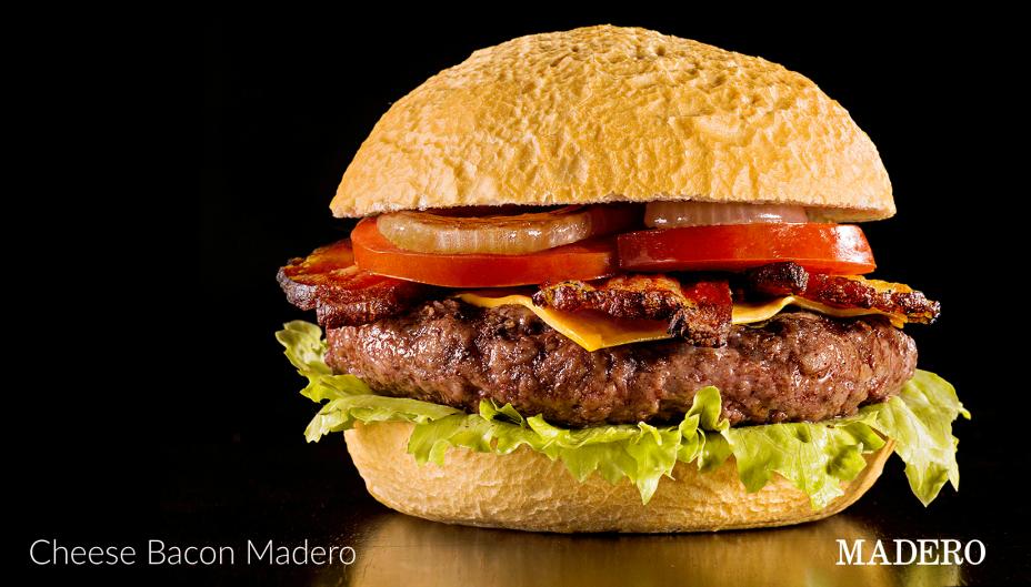 """<strong>3. <a href=""""http://www.restaurantemadero.com.br/"""" target=""""_blank"""">Madero</a>-</strong>Ainda que cative pelo palmito na brasa e pelo pão francês redondo, a casa curitibana que se espalhou por dozeestados (às vezes operando em contêineres) não faz o melhor cheeseburguer do mundo, como se autoqualifica no menu, mas é boa. A carne vem da fábrica própria, em <a href=""""http://viajeaqui.abril.com.br/cidades/br-pr-ponta-grossa"""" target=""""_blank"""">Ponta Grossa</a>, onde uma máquina holandesa imita o manufaturar do hambúrguer de 180 gramas.<em>Rua Bandeira Paulista, 823 - Itaim Bibi</em>"""